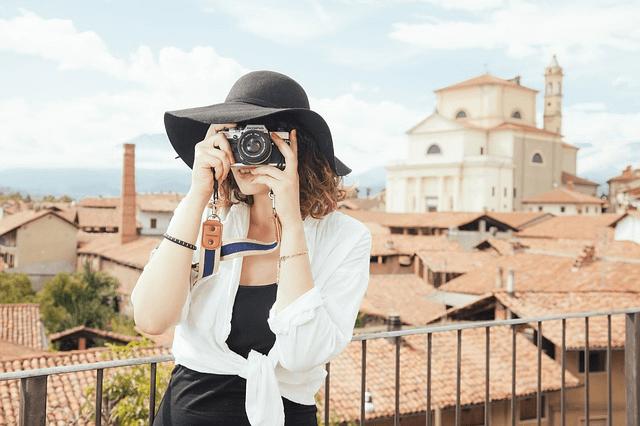 女性がカメラ